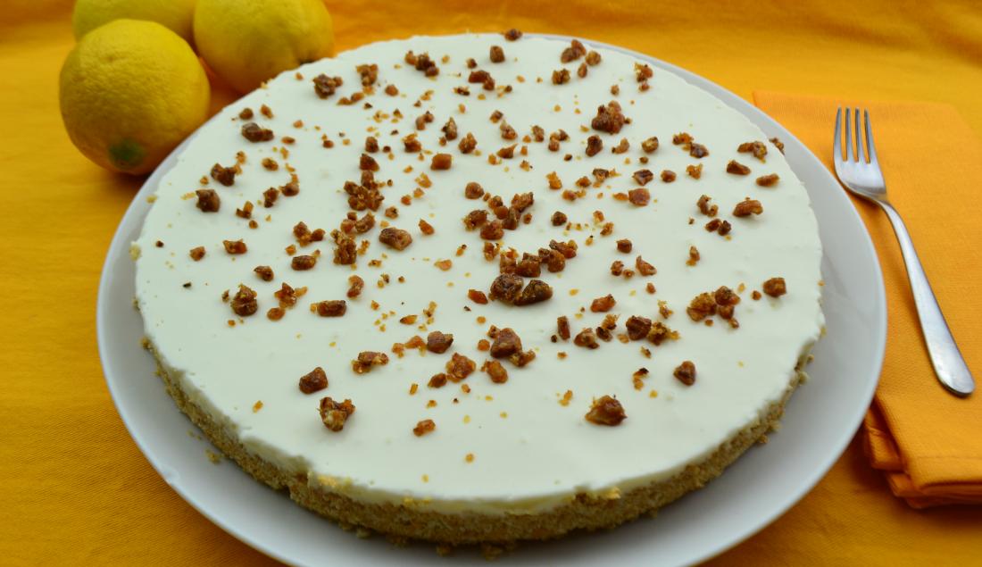 Cheesecake allo yogurt, con granella caramellata alla scorza di limone e cannella