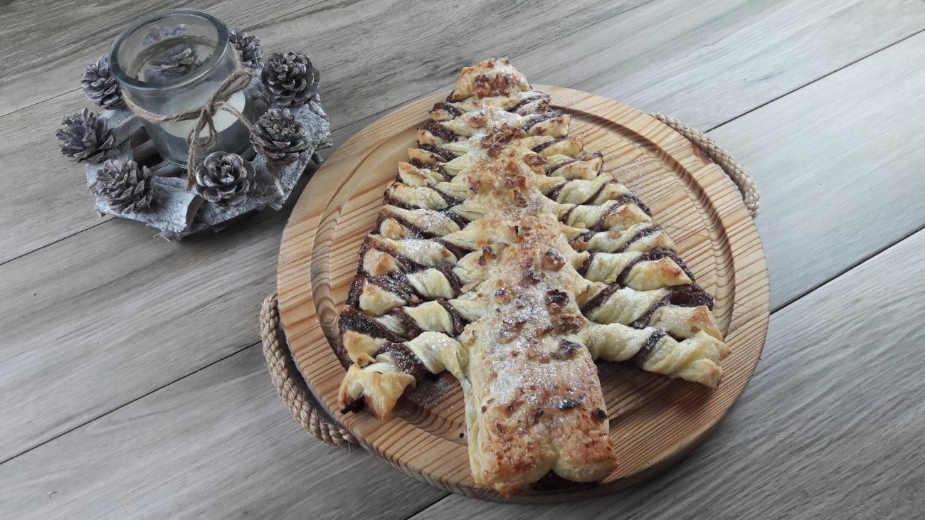Albero di Natale in pasta sfoglia con Nutella e noci
