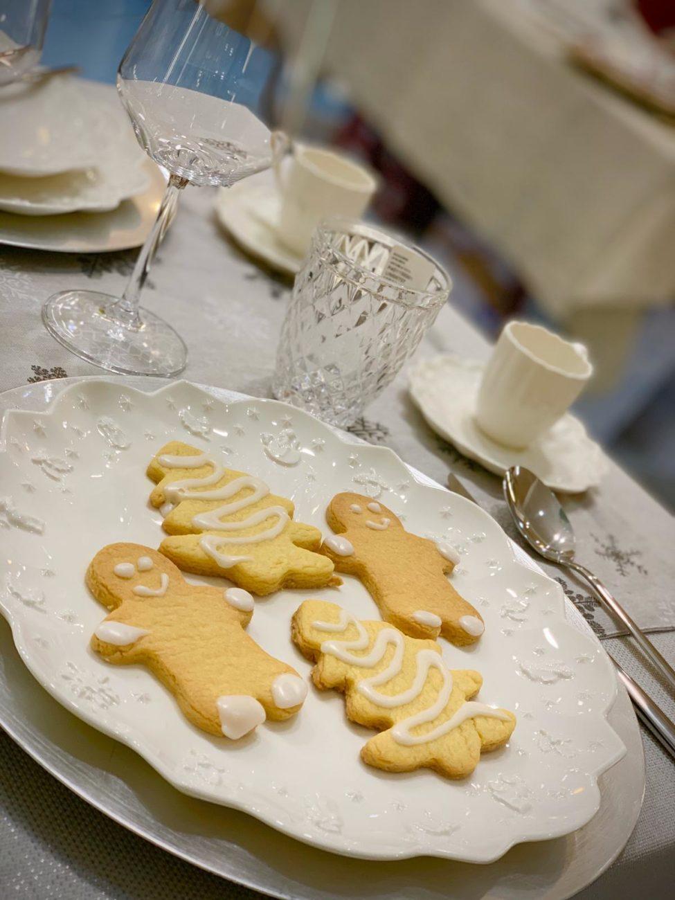 Biscotti di Natale glassati allo zucchero a velo