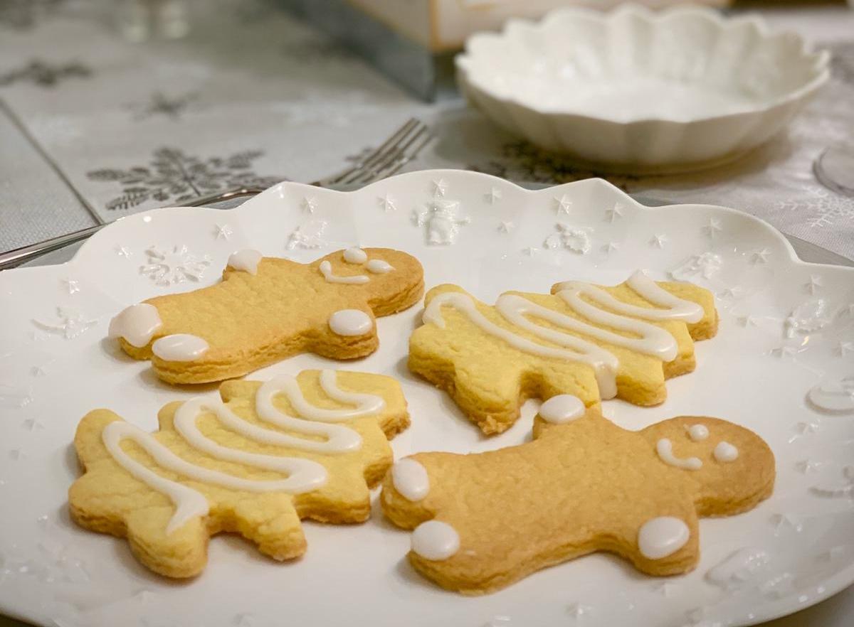 Biscotti di Natale con frolla aromatizzata allo zenzero e glassati allo zucchero a velo