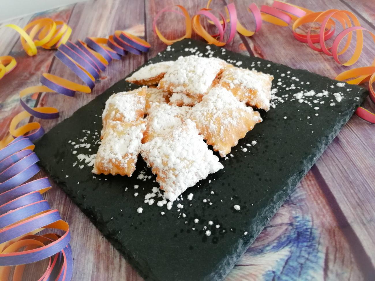 Bocconcini fritti ripieni di confettura ai frutti di bosco