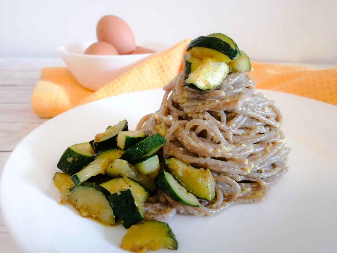 Carbonara vegetariana con fidelin di grano saraceno e zucchine saltate al curry